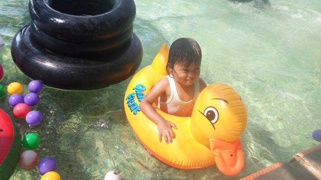 Adik bermain bebek di Kolam renang Pantai Glagah