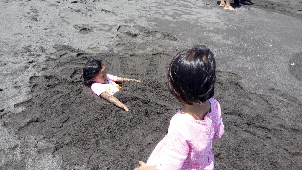 Bermain Pasir di Pantai Glagah
