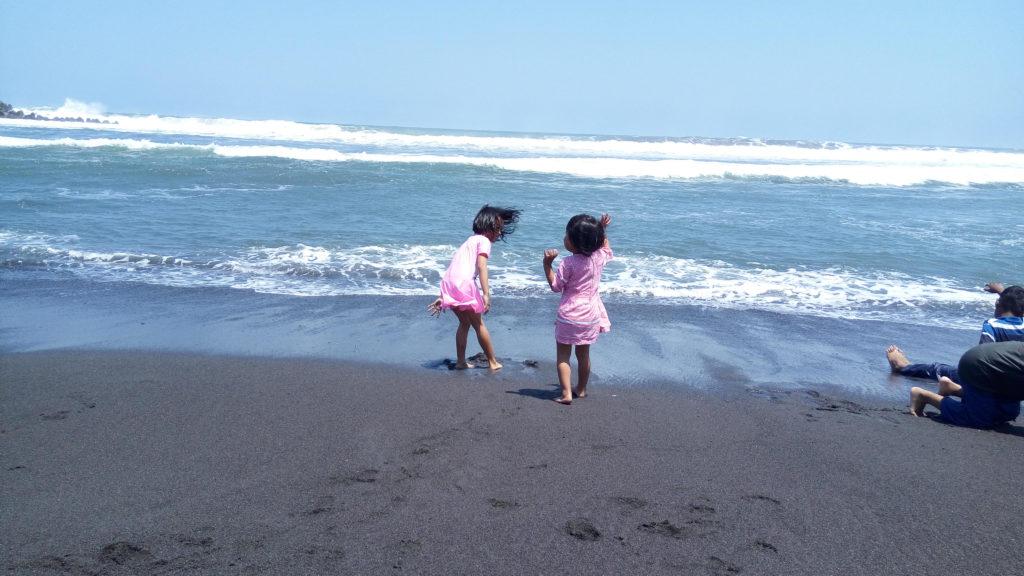 bermain di Pantai Glagah