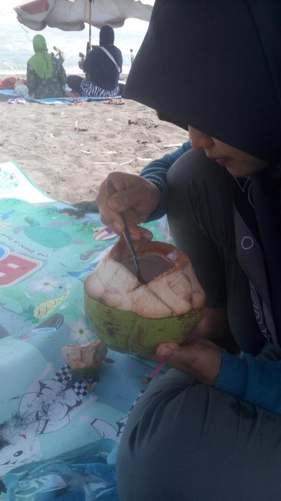 Memesan Air kelapa Muda di Pantai Glagah