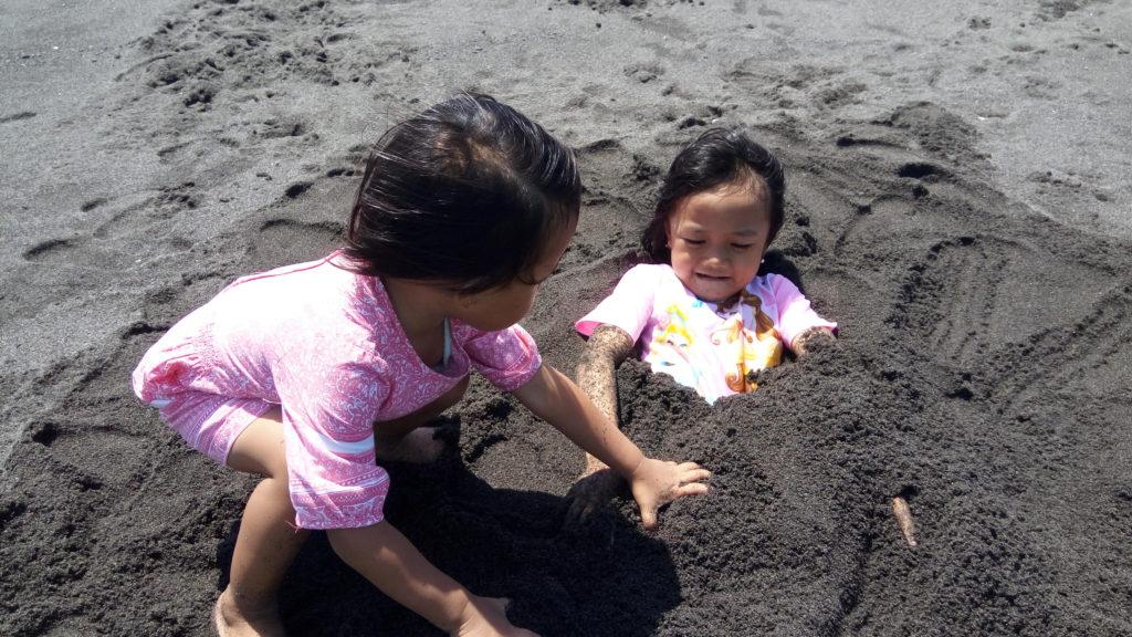 Bersama Adik bermain Pasir di Pantai Glagah